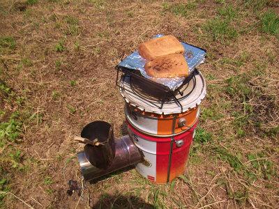 畑でパンを焼く
