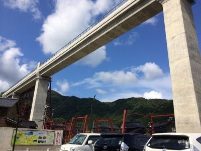 新しい餘部鉄橋を見上げる