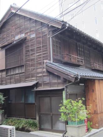 根津神社前の建物①