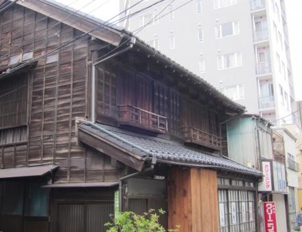 根津神社前の建物②