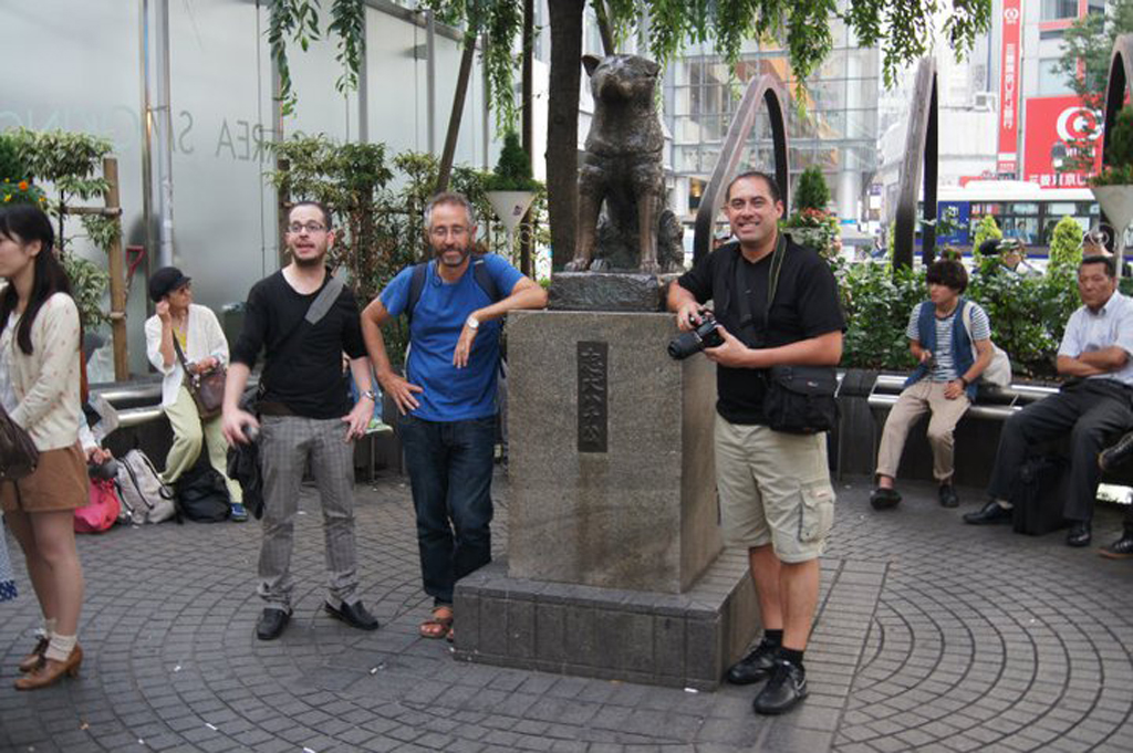 relevo-docente-junto-a-Hachiko-frente-a-estación-Shibuya
