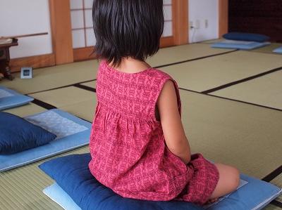 坐禅をする6歳の女の子