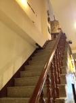 中にある従業員用のような階段を登る