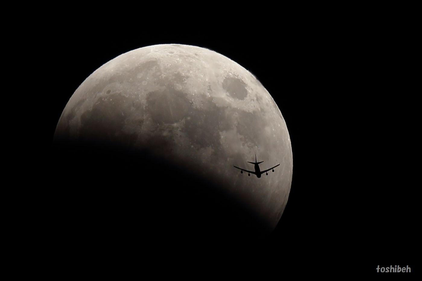 月食に飛行機