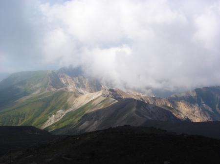 上ホロ、富良野岳方面にも雲が…