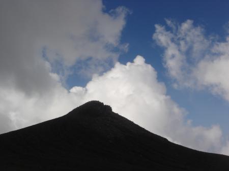 振り返ると十勝岳のトンガリ