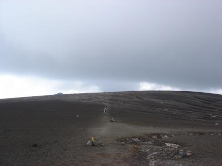 岩場を下ると平らな火山灰台地