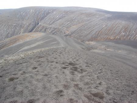深いサクサクの火山灰に覆われた登山道