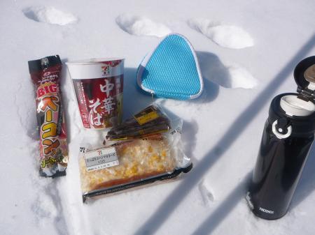天気も良いし山頂で無いけど…食べる!