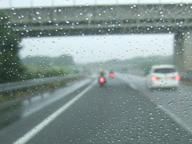 館山道 雨