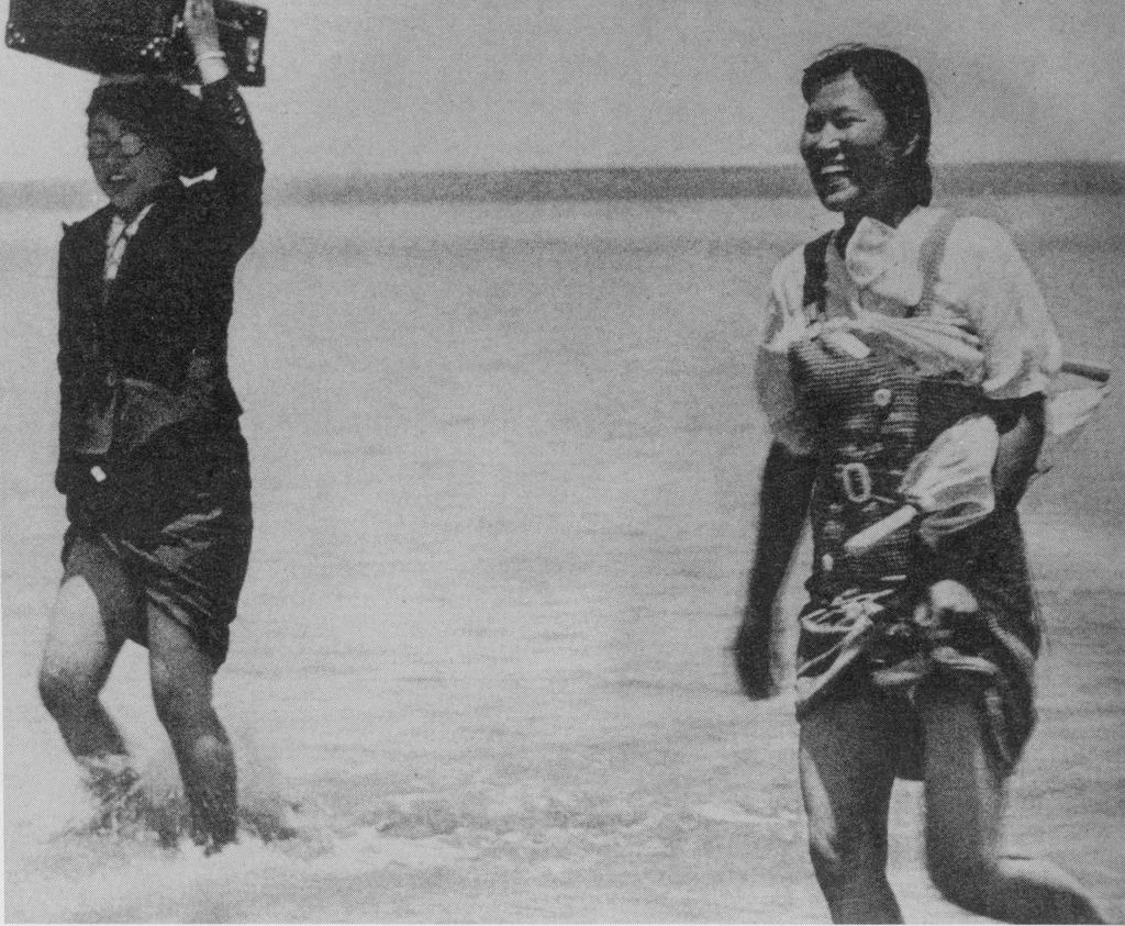 日本将兵を追いかけて川を渡る慰安婦(Wikipediaより)