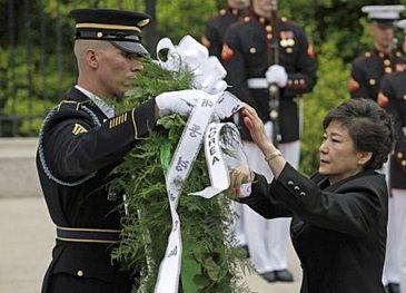 アーリントン国立墓地にて献花される朴槿惠大統領