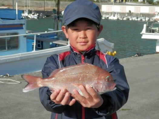 数人の釣り師がボウズでしたが、真鯛を釣り上げた中平君!