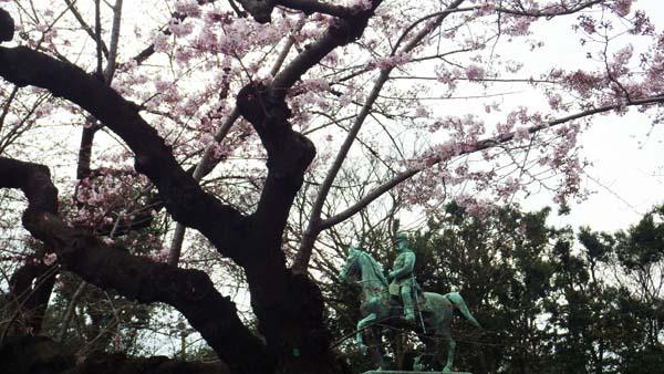 小松乙女と小松宮の像
