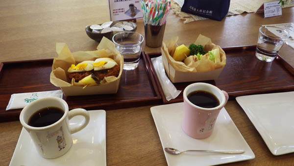 館内のカフェで珈琲とサンド