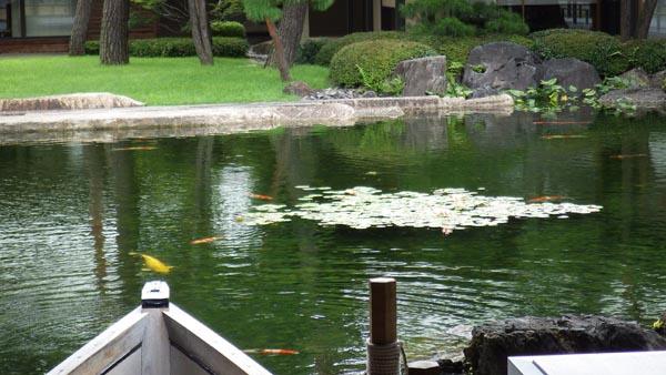 石像物の見事な池の風情