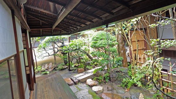 輪違屋廊下と庭