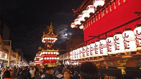 秋の高山祭 屋台と月