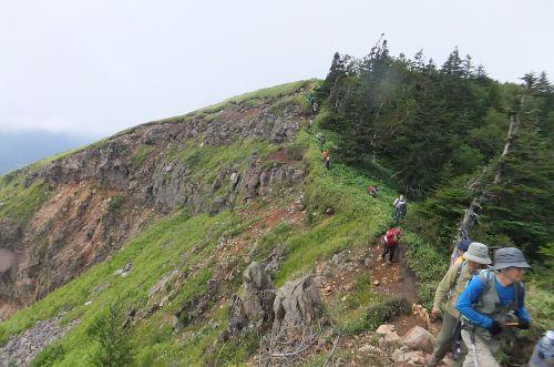 根子岳から鞍部への下り
