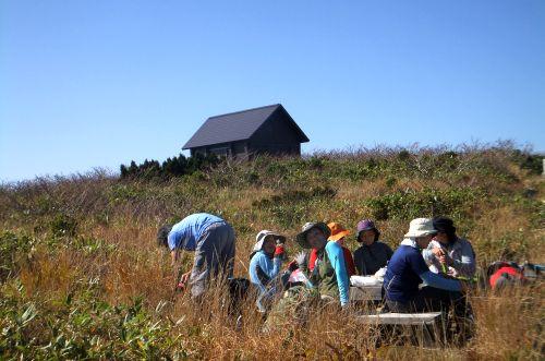避難小屋と昼食風景