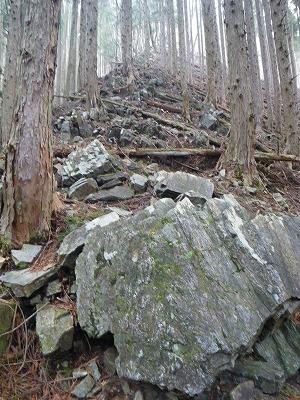 岩の尾根を登る