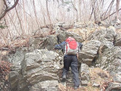 最後の岩場を登る