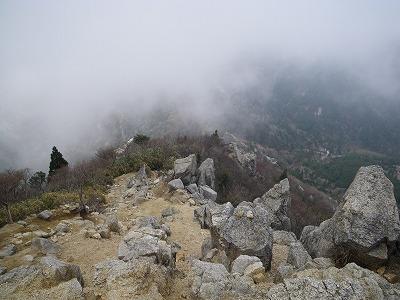 武平峠へ下る