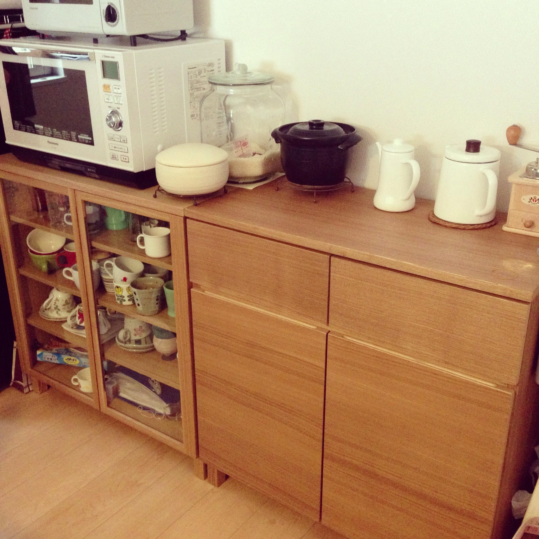 我が家は無印良品の木製キャビネットを組み合わせて、食器棚として使っています。