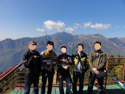 ロープウェイ展望台から5人で記念撮影