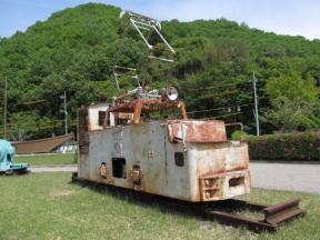 芝生広場に置かれた作業車両