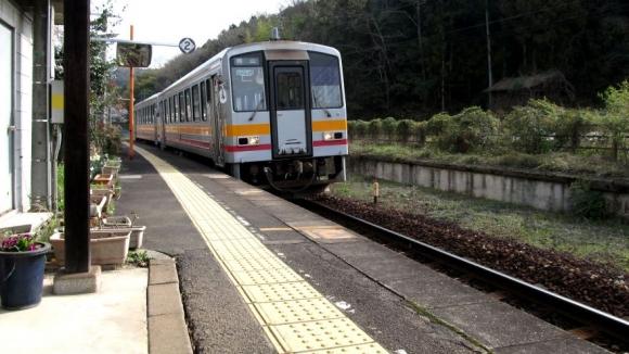 津山方面から列車が到着