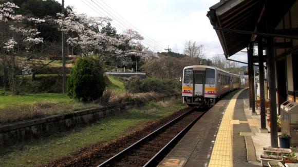 岡山方面へと去る列車