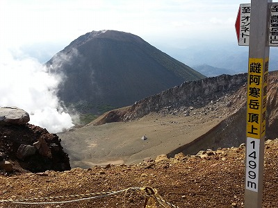 雌阿寒岳山頂から阿寒富士(10月)