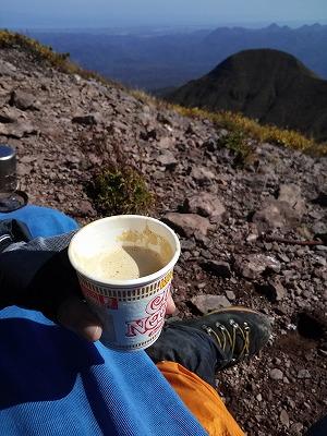 斜里岳山頂三角点昼食