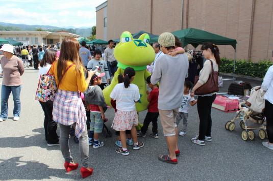 韮崎文化ホール祭り ニーラ 人だかり