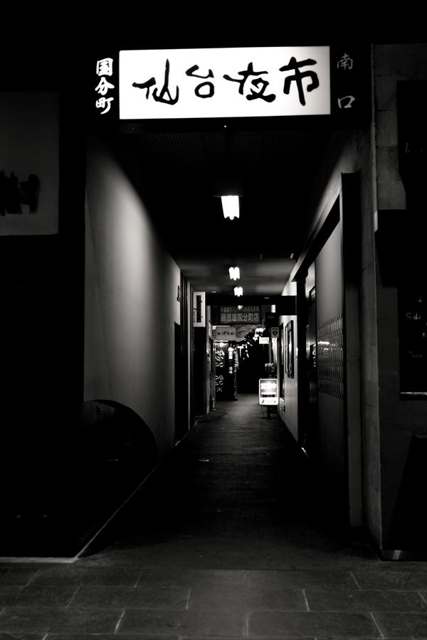 仙台街角スナップ国分町モノクロ04