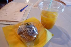 シュークリーム&オレンジジュース