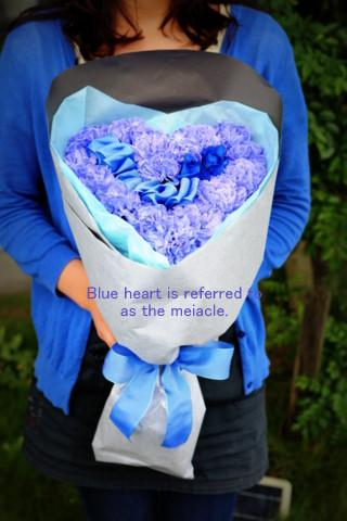 青 ハート 変わった花束