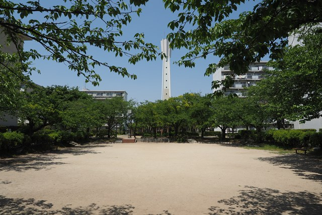 公団国分団地給水塔と公園