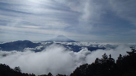 雲海のかなたに富士山