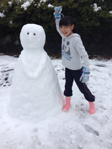 お姉ちゃんが雪だるま作ったよ!!