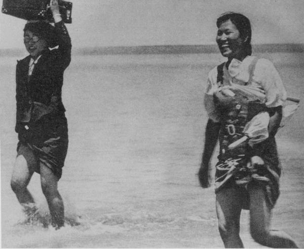 日本兵の後から河を渡る朝鮮人慰安婦0520