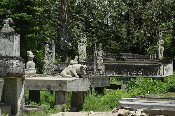 スンバ島の墓石1