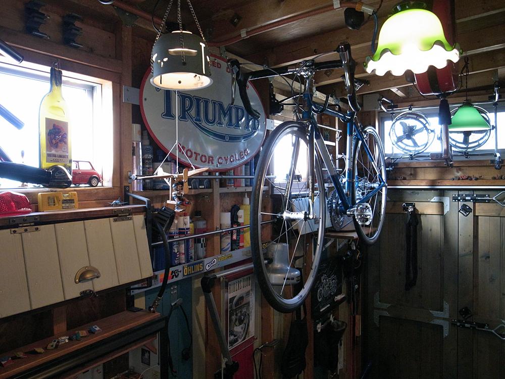 ガレージに吊るロードバイク