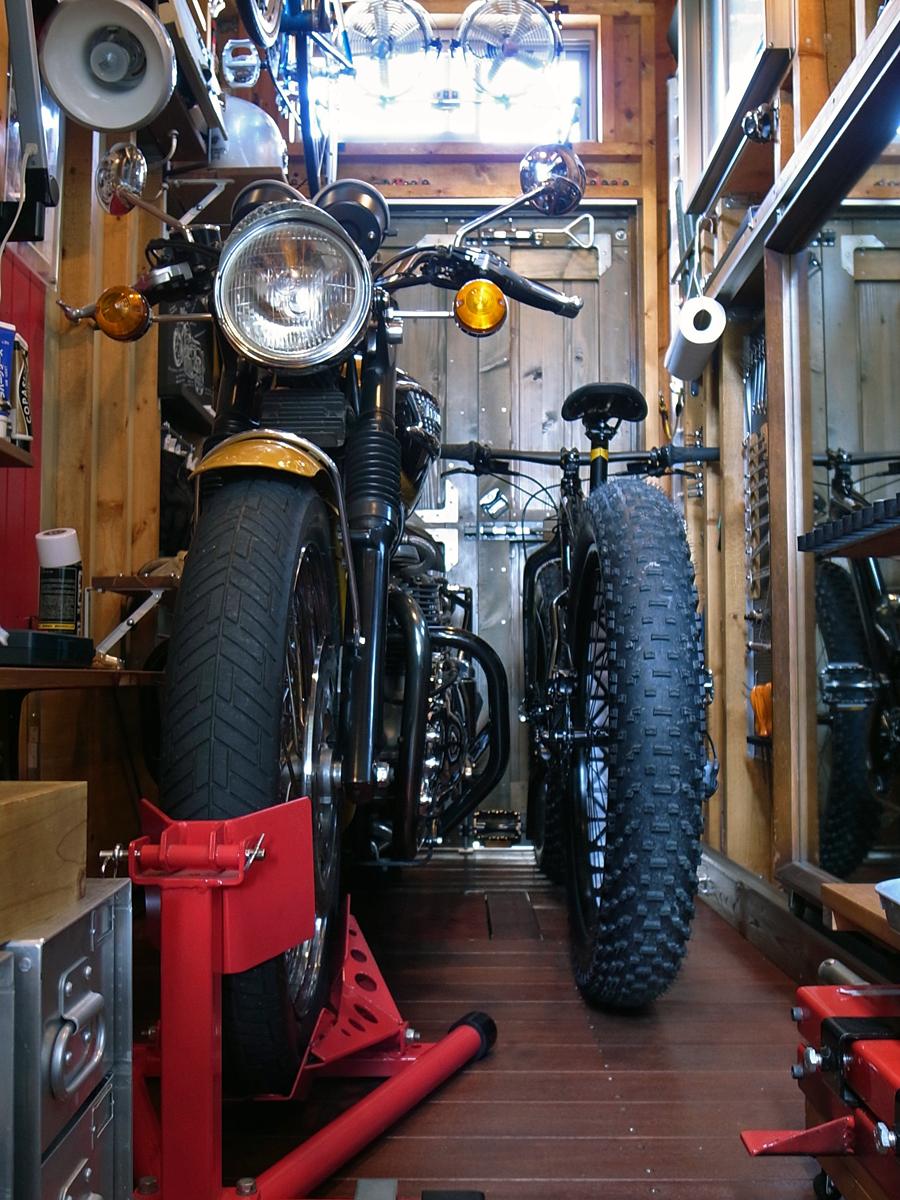 ガレージにファットバイクを入れてみる。